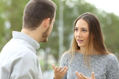 To personer diskuterer eller krangler om noe.