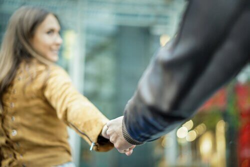 Sunne par holder hender