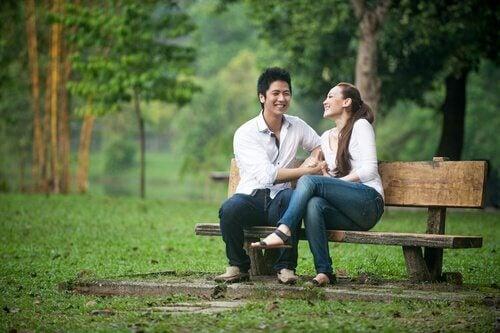 Par på en benk