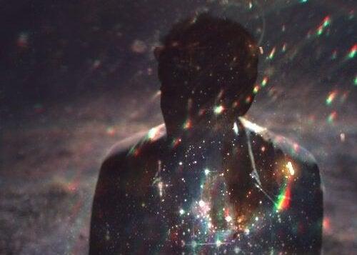 En stjerneklar natt med en skygge.