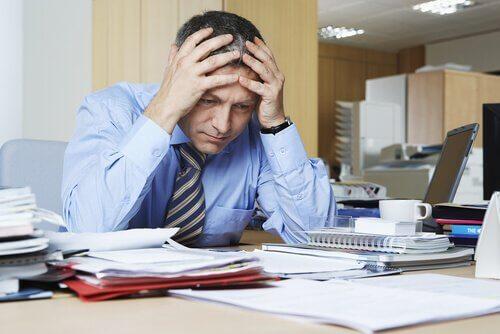 stresset mann på jobb med psykologisk utmattelse