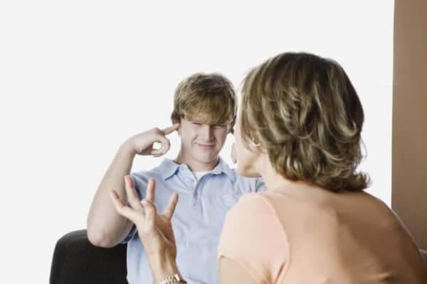 Tenåring som dekker ørene