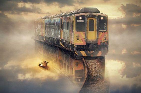 Et tog som reiser i en tåke.