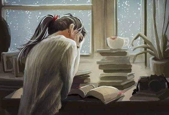 Kvinne studerer med en bunke med bøker.