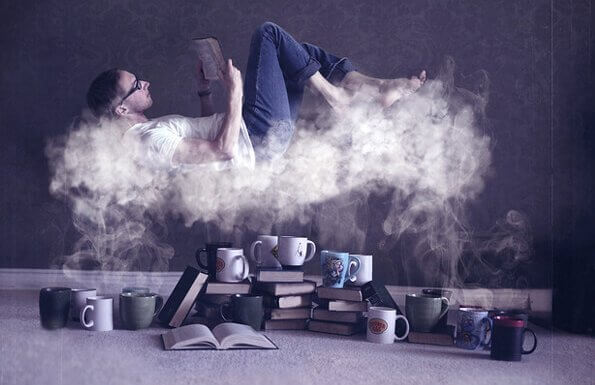 Lesing og hjernen: En mann leser en bok på en sky av damp fra mange kaffekopper.