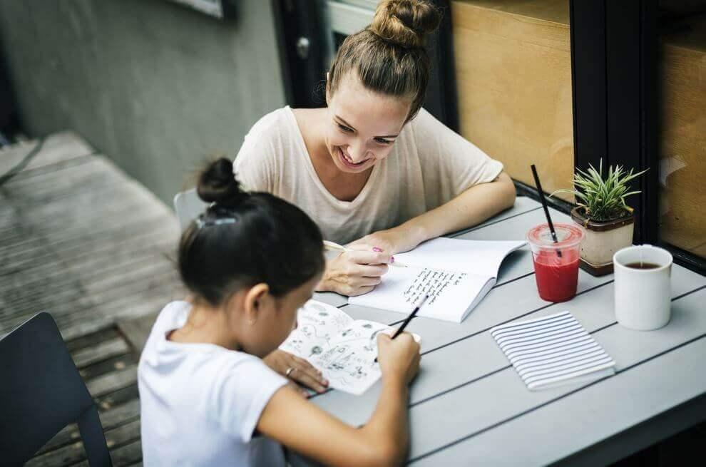 En mor og datter gjør lekser sammen.