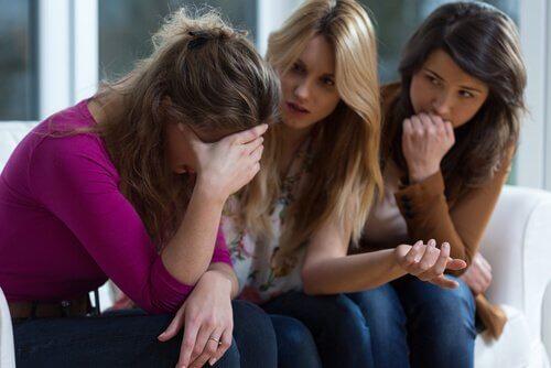 Kvinne snakker med vennene sine om psykologiske overgrep.