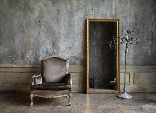 Hjemmeinnredning: et speil og en stol