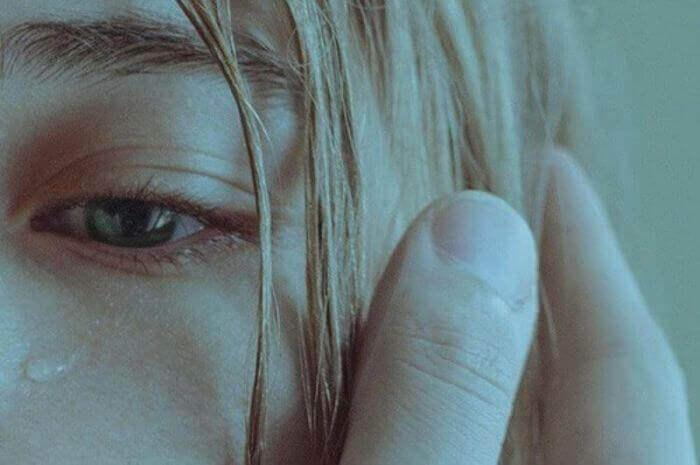 Gråtende kvinne blir utsatt for overgrep.