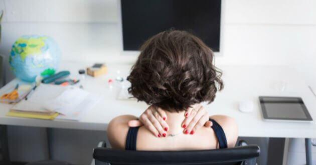 En overarbeidet kvinne med skuldersmerter