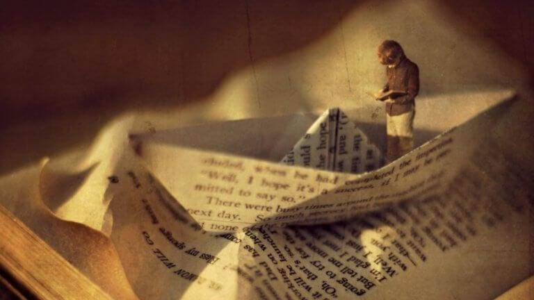 En papirbåt laget av en side fra en bok.