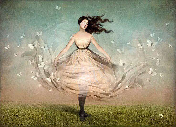 Kvinne som danser med sommerfugler