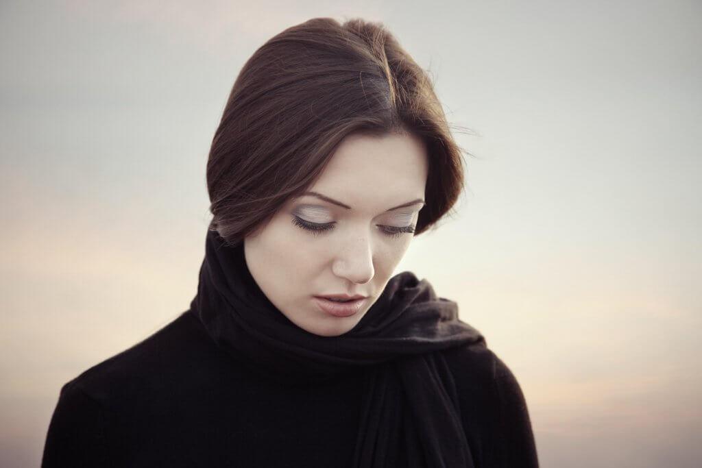 Kvinne med blikket senket