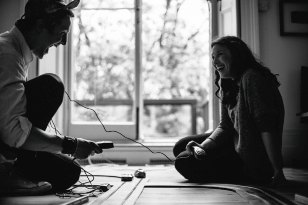 Par som sitter og snakker