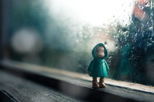 en dukke av et barn iført en regnfrakk