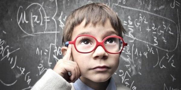 gutt tenker på matematisk problem