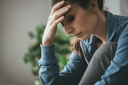 En kvinne med hodepine, trist.