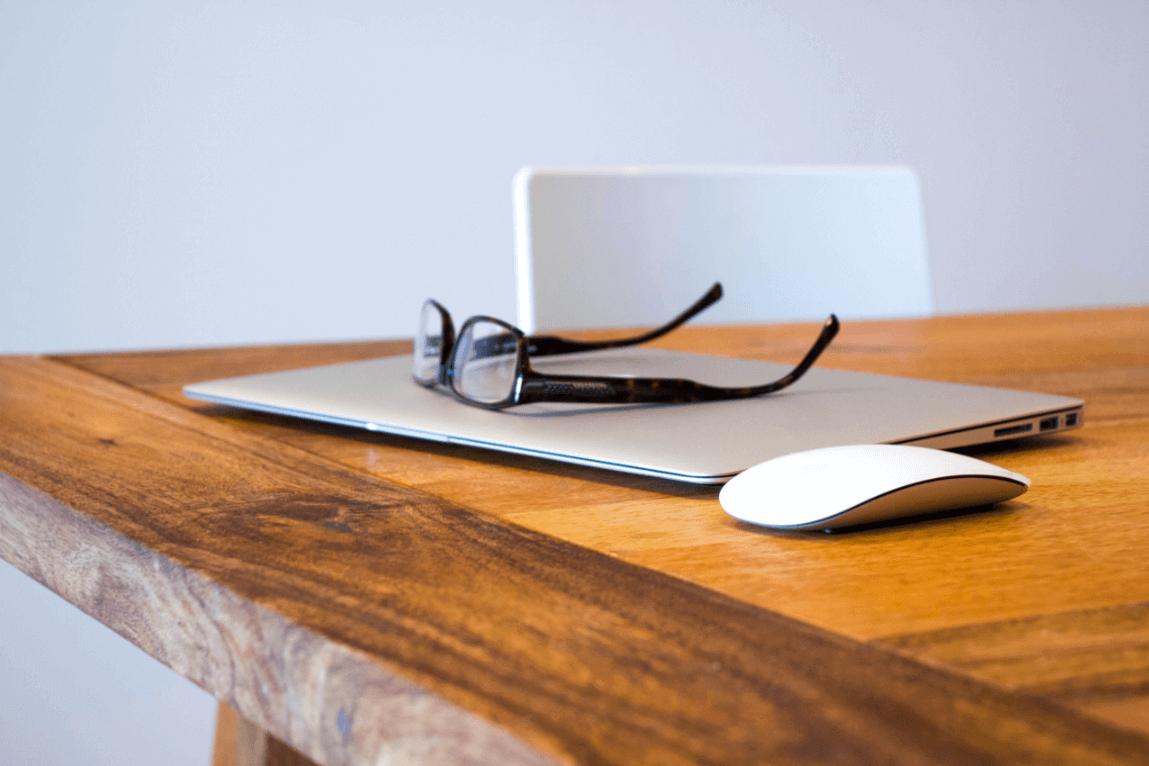 briller og laptop