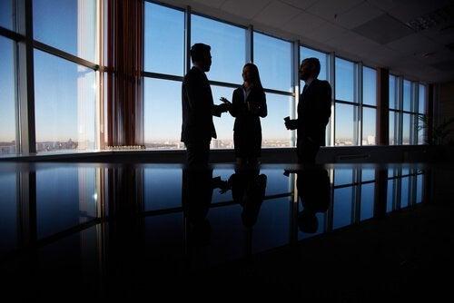 Diplomatiske forretningsmennesker har møte på et kontor