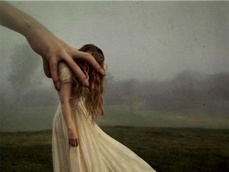 Hånd kontrollerer jente