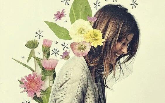 Glad kvinne med blomster