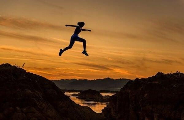 En kvinne blir sterkere følelsesmessig, hopper over fjell