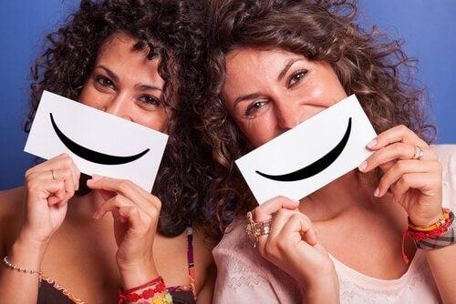 Kvinner smiler