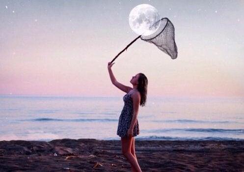 Kvinne som prøver å fange månen