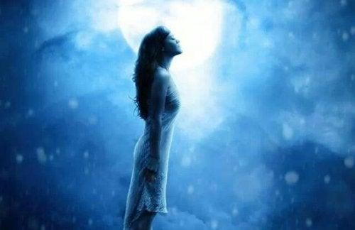 En kvinne foran en måne