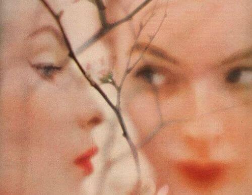 Kvinne med utydelig speilbilde