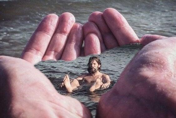 Mann i vann i en annens hender