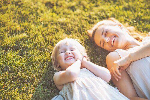 En mor og datter nyter en sommerdag.