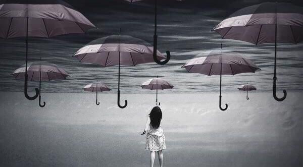 Kvinne griper etter paraplyer
