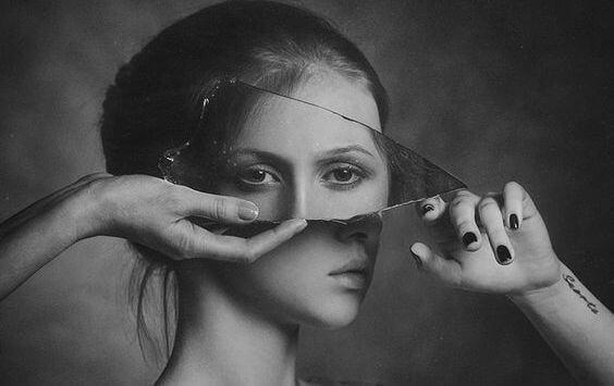 Forvridd speilbilde av en kvinne