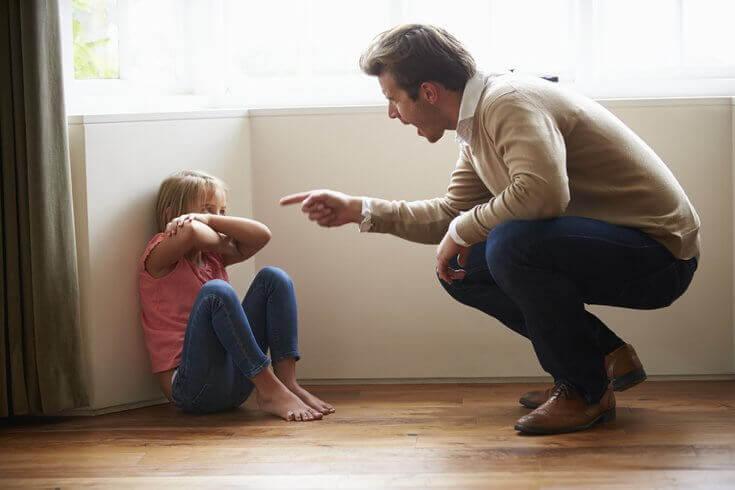 Far som skjenner på et barn