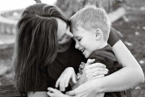 En mor som klemmer sønnen sin