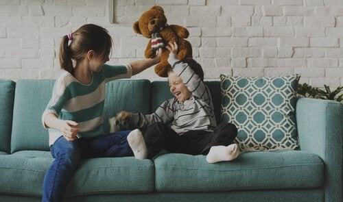 Eldre søsken: Et sted mellom latter og forbilde