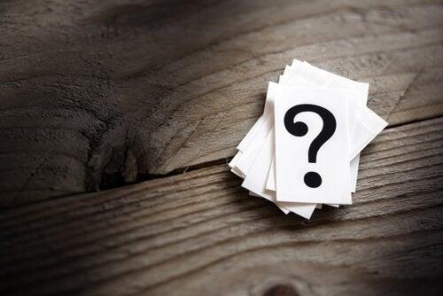 spørsmålstegn på kort