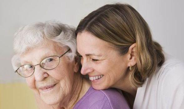 En kvinne og hennes eldre mor.