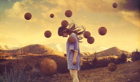 trist kvinne omringet av flytende baller