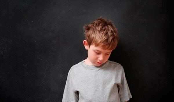 et uelsket barn, en trist liten gutt