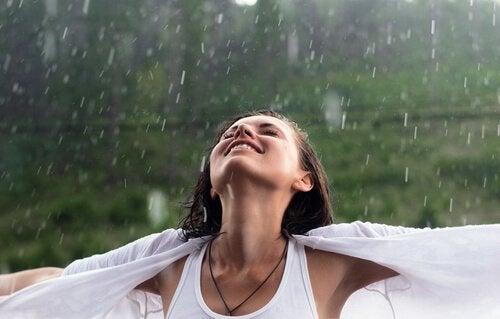 Glad jente i regnet