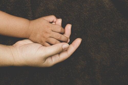 Hvilke faktorer påvirker tilknytning hos adopterte barn?