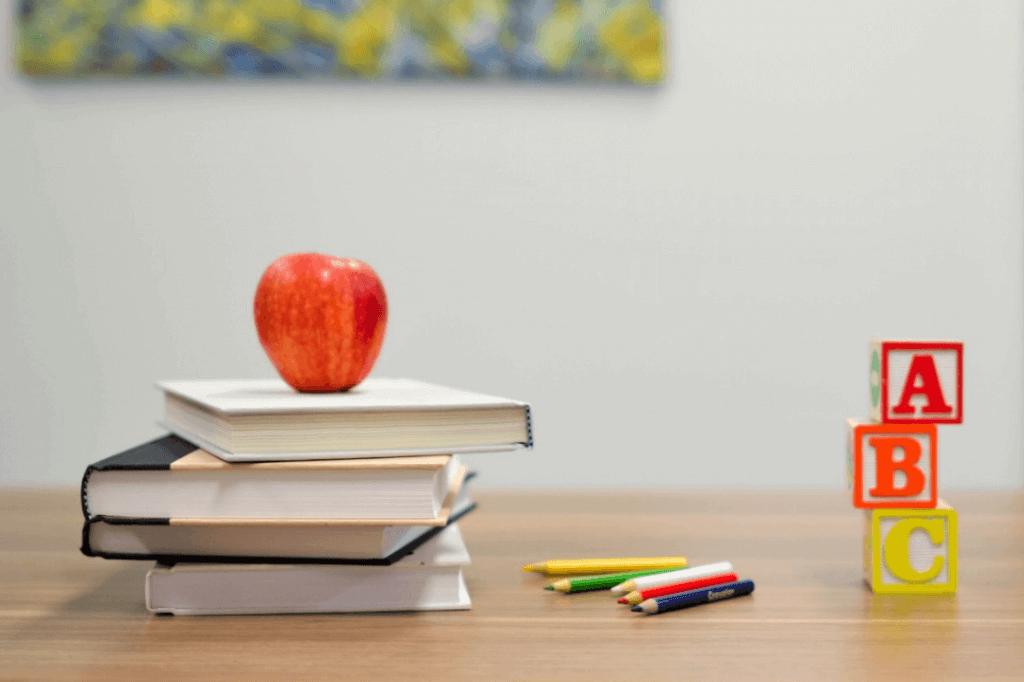 Skolebøker, fargestifter og eple
