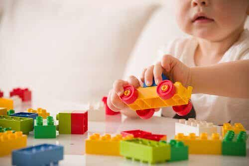 Forholdet mellom lek og barns utvikling