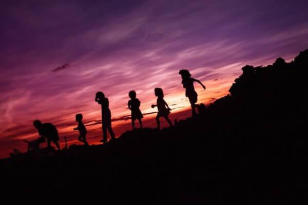 Barn som leker om natten