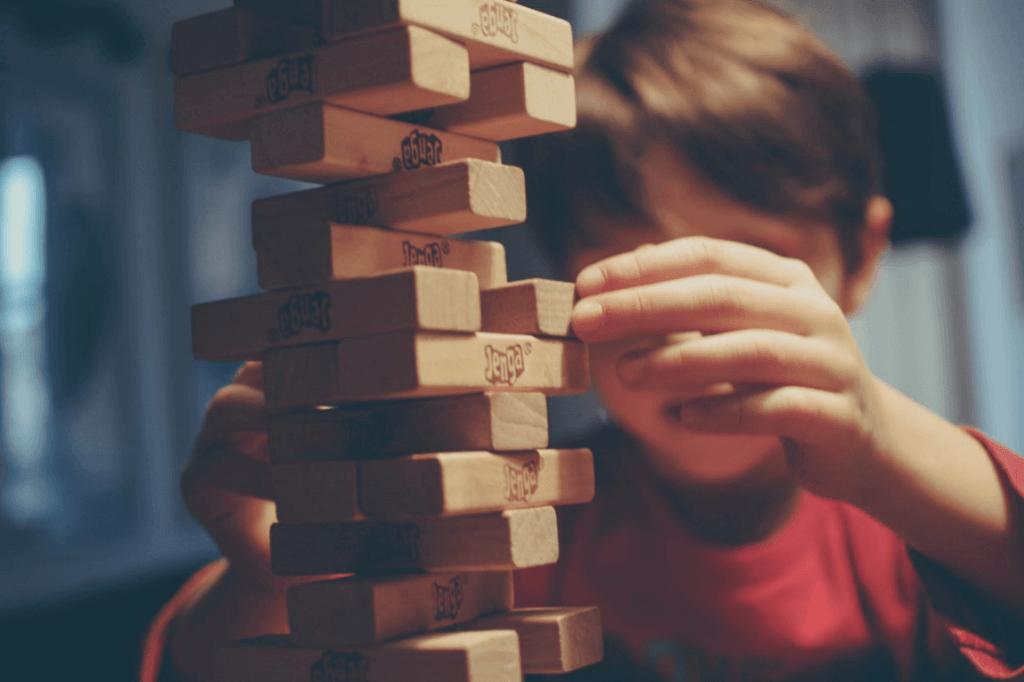 Barn bygger tårn