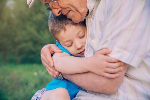 bestefar klemmer barnebarn