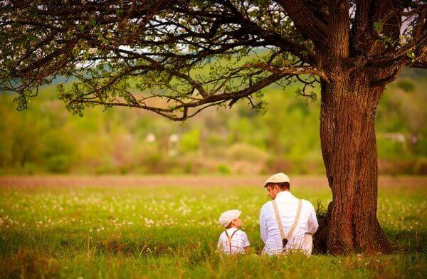 Far og barn under et tre