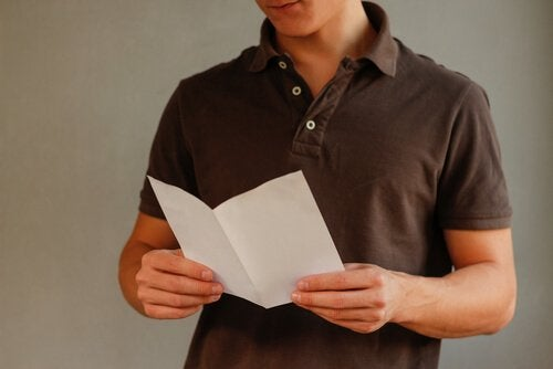 gutt leser papir